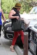 http://img101.imagevenue.com/loc185/th_198488107_Hilary_Duff_VPilates13_122_185lo.jpg