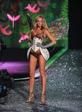 th_93590_Candice_Swanepoel_Victorias_Secret_Fashion_Show_in_NY_Catwalk_November_19_2009_02_122_414lo.jpg