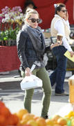 http://img101.imagevenue.com/loc599/th_042675312_Hilary_Duff_Farmers_market25_122_599lo.jpg